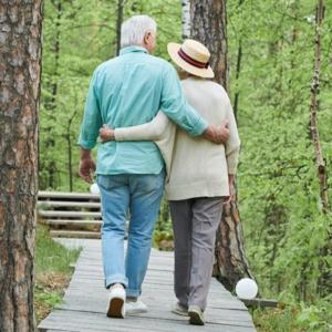 Couple retraités marchant sur un pont